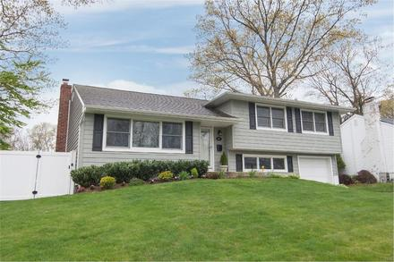 House. 16 Mahan Rd - Old Bethpage, New York