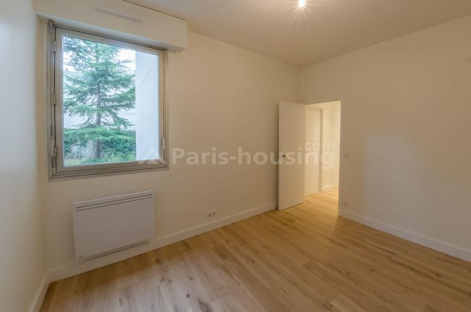 Fully renovated unfurnished 2 bedroom apartment, on the 1st floor of a modern building